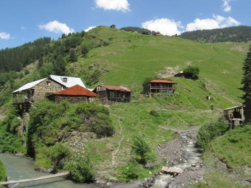 Typická horská vesnice na úpatí Velkého Kavkazu
