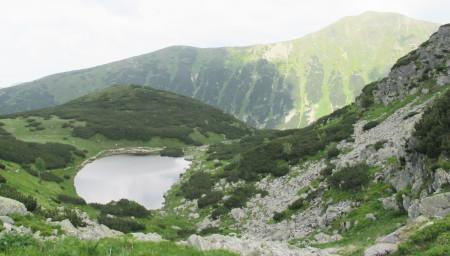 Nejvýše položené, čtvrté Roháčské pleso (1719 m), naproti hřeben  s vrcholy Rákoň (1867 m) a Volovec (2063 m)