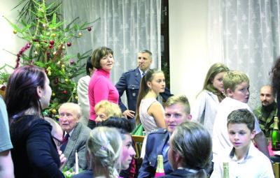Paní Hana Pustelníková (uprostřed), iniciátor spolupráce čáslavské základny aDětského domova Sázava apodplukovník Michal Prejzek zVelitelství vzdušných sil napředvánoční návštěvě