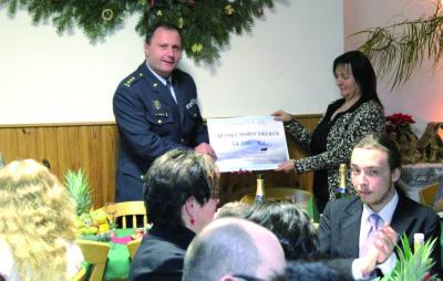 Velitel 21. zTL plukovník Petr Tománek předává šek ředitelce domova paní Aleně Novákové